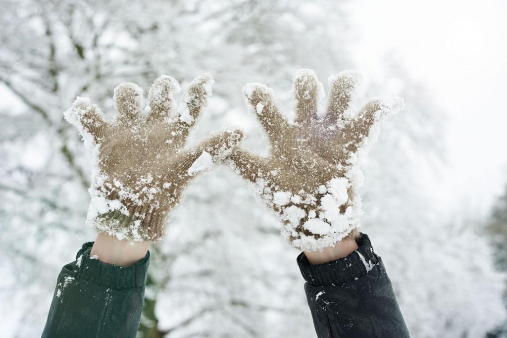 1515495337-cold-hands-gloves